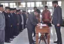 Wali Kota Padang Panjang, Fadly Amran melatik dan mengambil sumpah jabatan 11 orang kepala dinas di lingkungan Pemko Padang Panjang, Kamis (02/01/2020).