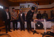 Walikota Padang Panjang, Fadly Amran, BBA. Dt. Paduko Malano memukul gong tanda dibukanya Musyawarah Nagari Lareh Nan Panjang, Sabtu (11/01/2020).