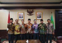 Rektor UIN Imam Bonjol Padang Dr. H. Eka Putra Wirman, Lc, MA (tiga dari kiri) foto bersama dengan Menteri Agama RI-Jenderal TNI (Purn) Fachrul Razi dan lima orang rektor UIN lainnya usai penandatanganan kontrak proyek SBSN di Jakarta, Jumat (24/01/2020).