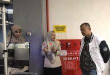 Wakil Gubernur Sumbar, Nasrul Abit dan Kepala Dinas Pariwisata saat melakukan pantauan terhadap kunjungan para wisatawan turis China untuk pencegahan masuknya wabah virus corona di BIM Padang, Sabtu (25/01/2020).