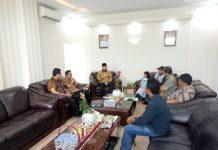 Walikota Padang Panjang. Fadly Amran menyampaikan arahannya sewaktu menerima kunjungan orang tua yang anaknya penyandang Autisme dan orang tua yang anaknya menginap sakit Thalasemia. Turut disaksikan pimpinan OPD terkait.
