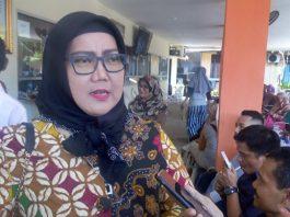 Ketua Komisi I DPRD Padang, Elly Thrisyanti saat sidak ke Disdukcapil Padang, Senin (13/01/2020).