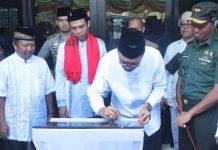 Bupati Pesisir Selatan, Hendrajoni didampingi Ustad Abdul Somad, Kapolres dan jajaran lainnya saat meresmikan Masjid Raya di Kawasan Wisata Mandeh, Kamis (02/01/2020).