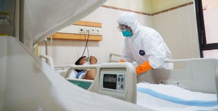 Penanganan Pasien Covid-19 oleh tenaga medis rumah sakit (foto:ilustrasi).