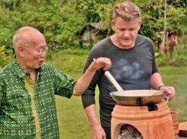 Gordon Ramsay koki selebriti asal Inggris sedang memasak rendang bersama William Wongso pakar kuliner Indonesia.