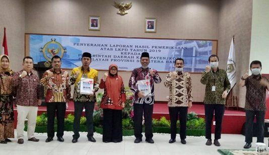 Kepala Perwakilan BPK Perwakilan Sumatera Barat Yusnadewi menyerahkan LHP atas LKPD Kabupaten Limapuluh Kota tahun 2019 kepada Bupati H. Irfendi Arbi di Padang, Jumat (19/05/2020).