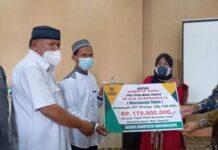 Foto : Wakil Bupati Dharmasraya, Dasril Panin DT Labuan (Kanan), Menyerahkan Dana Insentif Secara Simbolis Bagi 257 Orang Guru TPQ,TPSQ, MDA dan Tahfidz di Daerah itu, Rabu (15/06/2021)